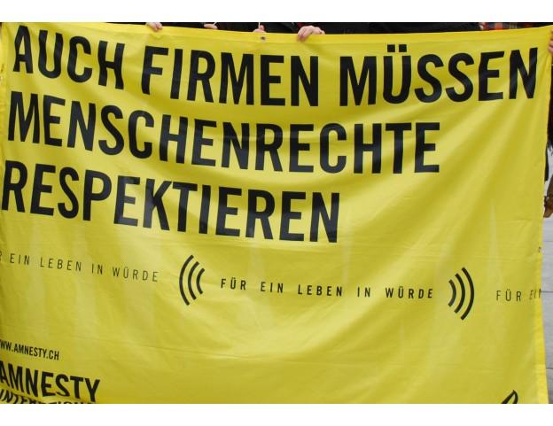 """Banner """"Auch Firmen müssen Menschenrechte respektieren"""", zur Ausleihe"""