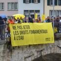 Bannière «Ne pas jeter les droits fondamentaux à l'eau»