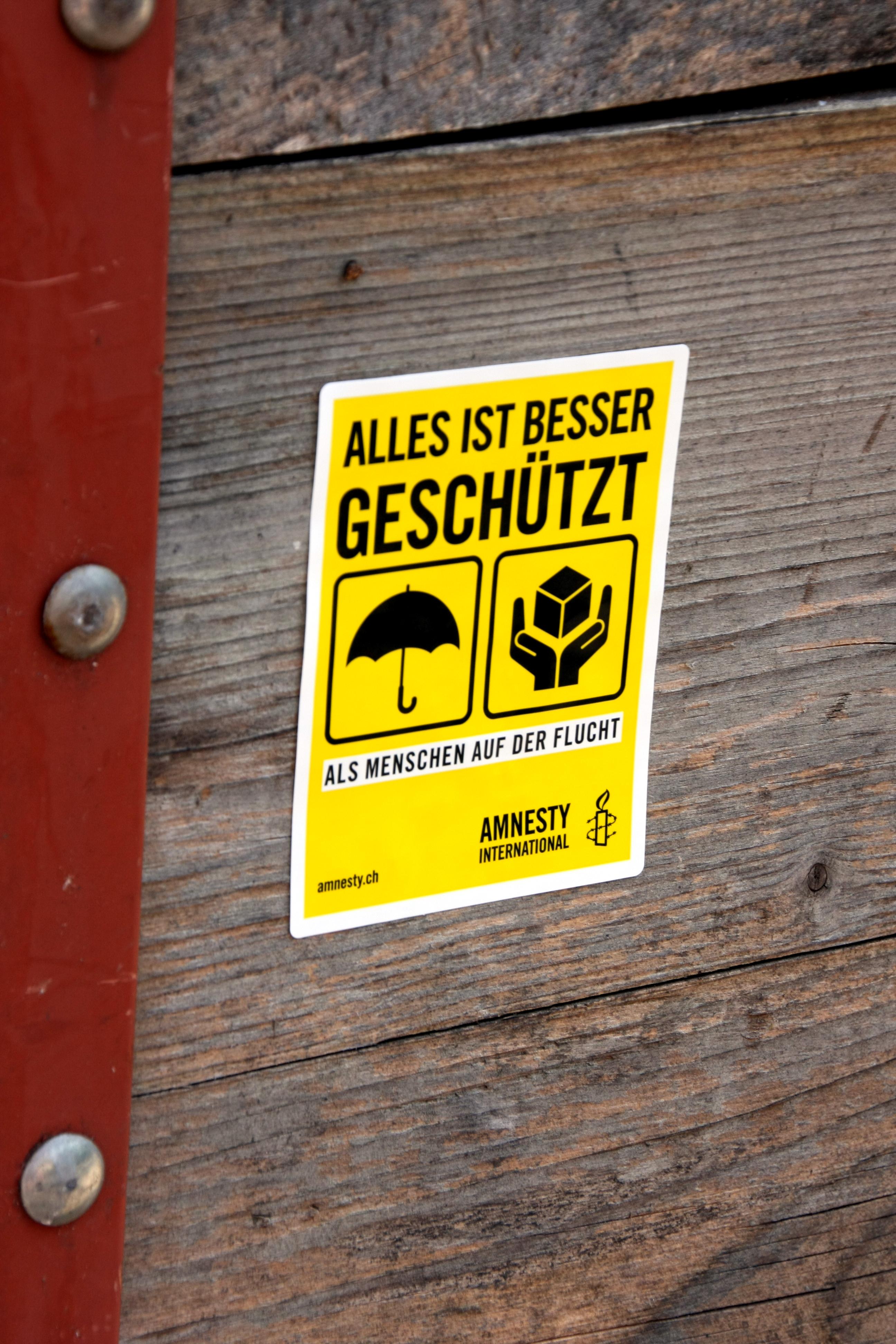 """Sticker """"Alles ist besser geschützt als Menschen auf der Flucht"""""""