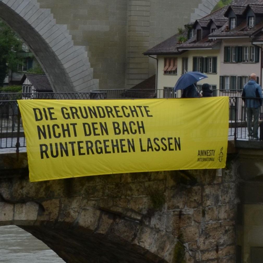 Banner «Die Grundrechte nicht den Bach runtergehen lassen»